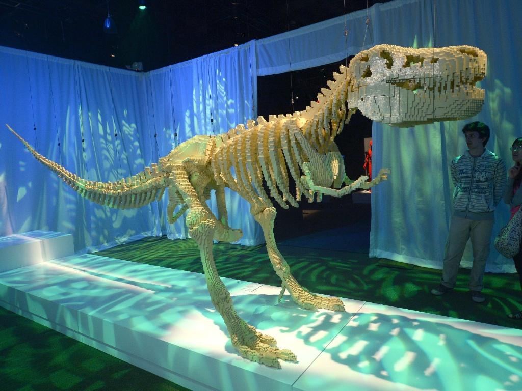 nathan-sawaya-usou-pecas-de-lego-para-criar-esculturas-coloridas-e-extravagantes-entre-elas-a-de-um-dinossauro-1371147055642_1024x768